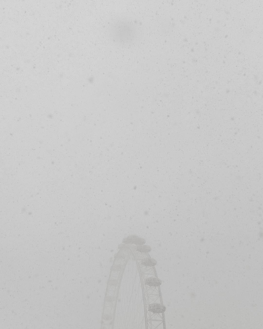 Noch ein Bild aus London: das #londoneye im Schneesturm  #London #Ldn #igerslondon #architecture #architektur #minimal #nature #snow #schnee #schneeflocken #minimal #mnml #mnmlsm #bnw_mnml #schwarzweiss #minimalove #noicemag #kaikutzki #fotografieren #hobbyfotograf #spiegelreflex #5dmarkiv