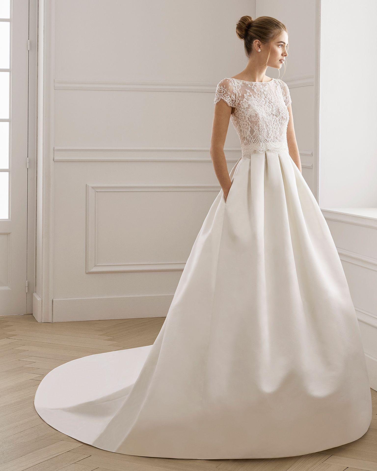 Photo of Klassisches Brautkleid aus Satin und strassbesetzter Spitze. U-Boot-Ausschnitt u…
