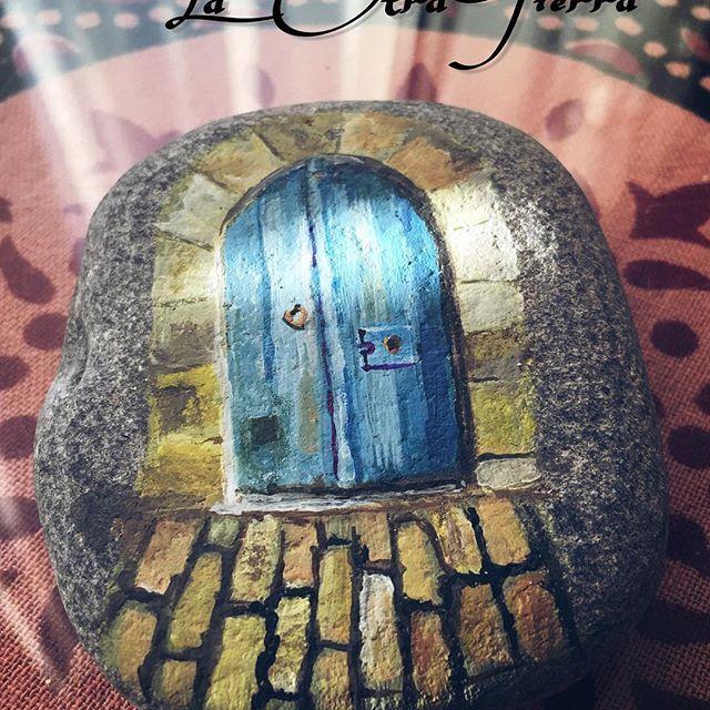 Una puerta un camino piedras pintadas a mano for Puertas pintadas originales