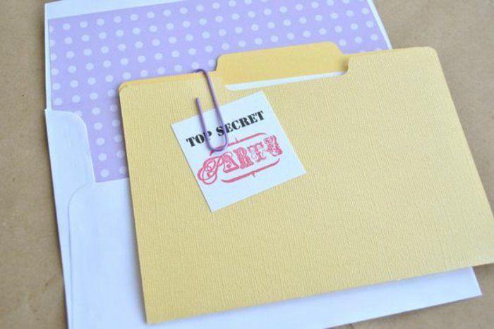 Einladungskarten Selber Basteln: Gelber Ordner Für Personalakte, Weißer  Umschlag, Zettel, Lila Büroklammer