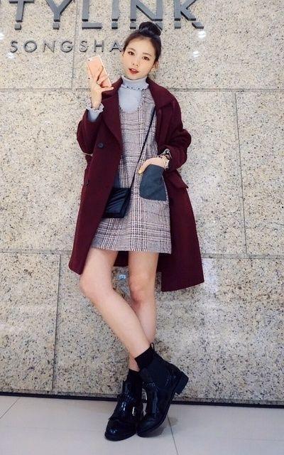 適合甜美可愛、酒紅色、大衣、背心裙、荷葉領、酒紅大衣、牛津雕花靴、BIN'S.CO的穿搭