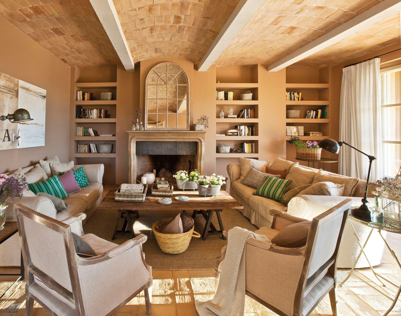Salón con paredes grises, butacas enfrentada al sofá, mesa de centro ...