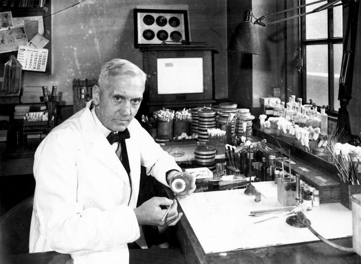 الكسندر فليمينغ Alexander Fleming اكتشف بطريق الصدفة