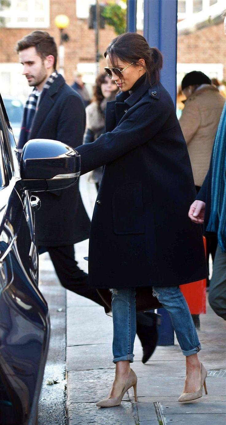 Die schwangere Meghan Markle geht mit ihrem neuen Pressesprecher in London zwanglos zum Mittagessen - Jean outfits - #