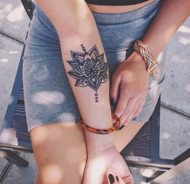 Tatouage de Femme  Tatouage Fleur de lotus Noir et gris sur Bras !