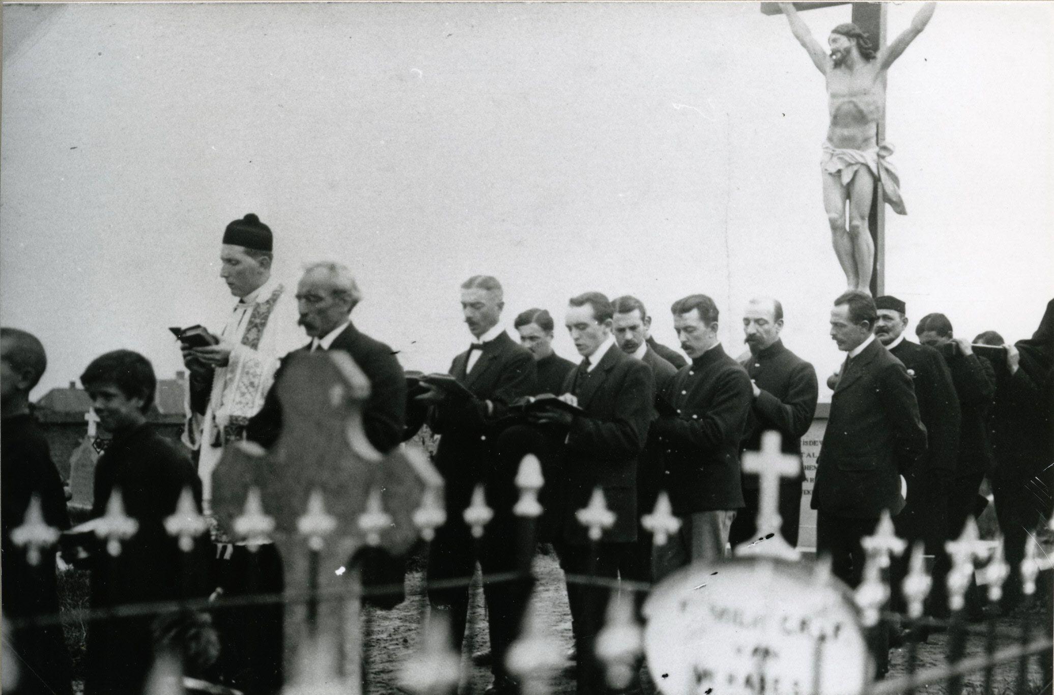1914-1918 Zwolle: pater Beets met Belgisch zangkoor op het RK-kerkhof tijdens WO I.