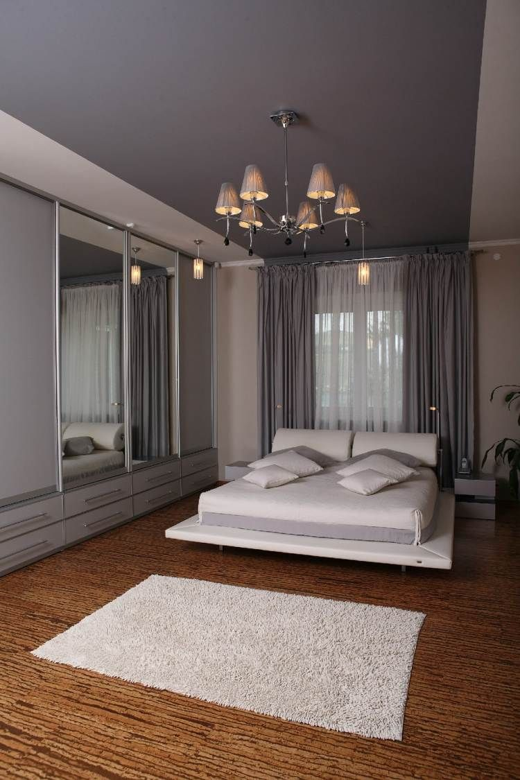 creme wandfarbe, decke in einem lila farbton und weißes bett, Schlafzimmer entwurf