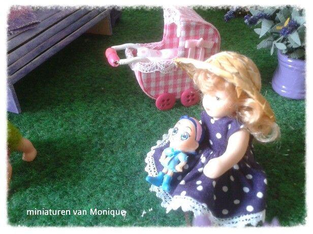 Ilonka samen met haar pop en poppenwagen