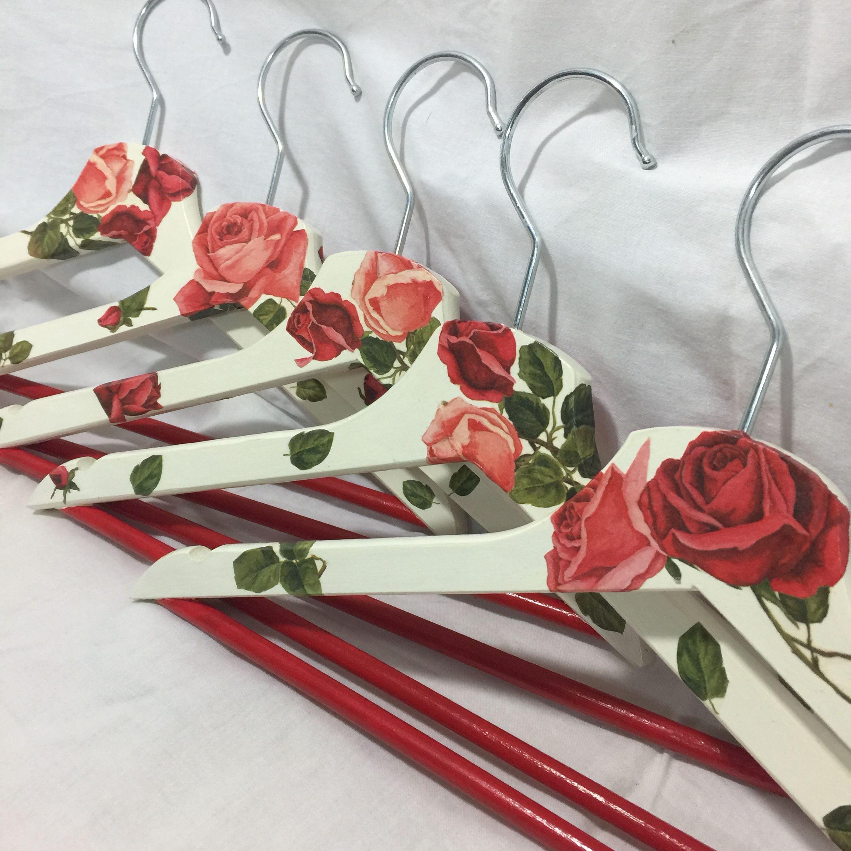 Perchas de madera decoradas en decoupage. Tema rosas