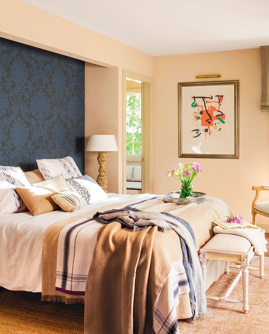 Dormitorio en tonos beige con cama enmarcada en pared y cabecero de ...