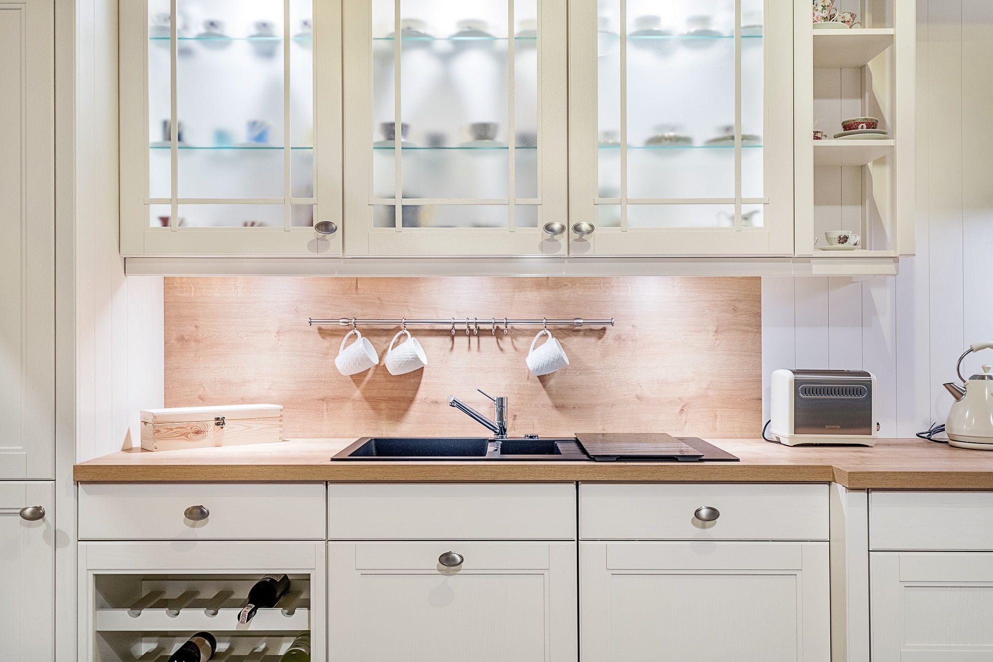 Biala Kuchnia Z Miejscem Na Wino Podswietlonymi Przeszklonymi Szafkami Gornymi I Ozdobnymi Pilastrami Doskonale Wpisze Kitchen Cabinets Interior Design Decor