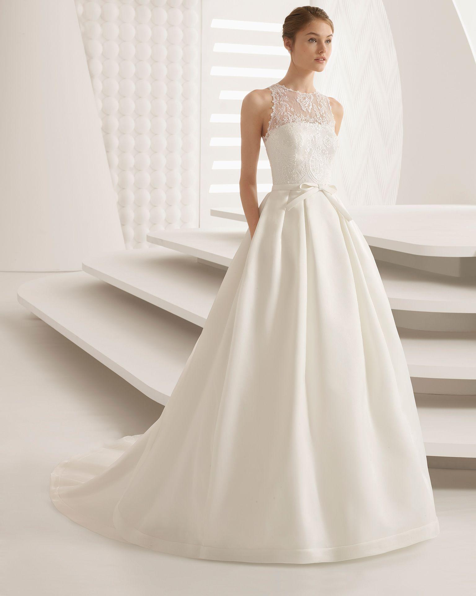 Un abito che non potrai dimenticare! Abito da sposa originale grazie a  questo favoloso scollo halter confezionato in pizzo e strass. 809a46bff07