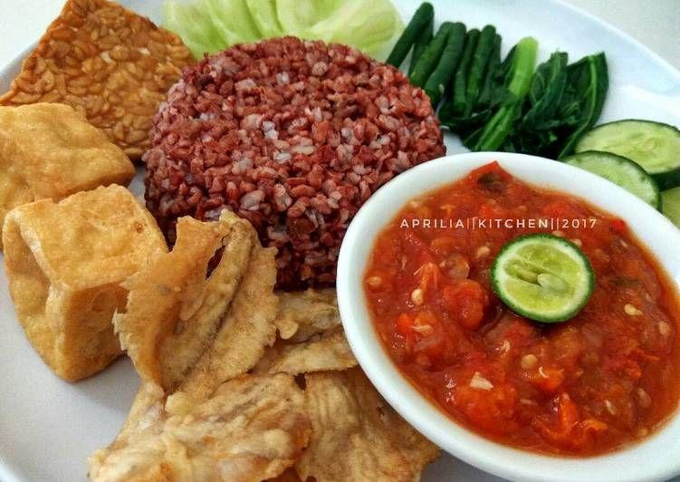 Resep Sego Tempong Tempong Nasi Merah Menu Makan Siang Oleh Aprilia Kitchen Resep Makan Siang Makanan Resep Makanan