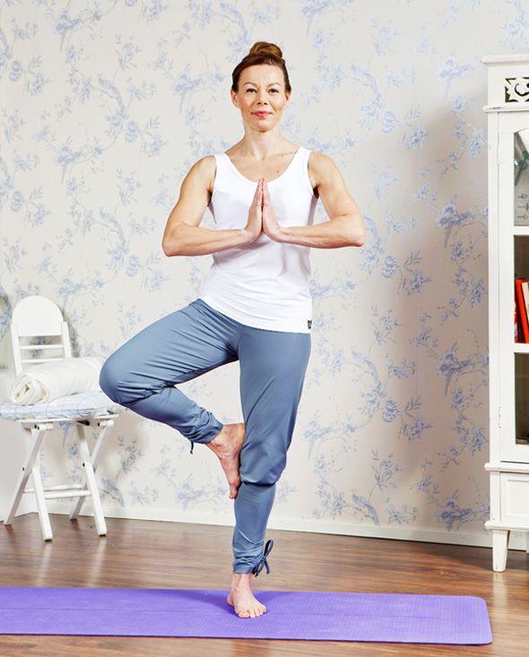 Jooga huoltaa selkää kokonaisvaltaisesti kehon ja mielen kautta. Avainsanoja ovat vahvistus, venytys, hengitys ja rentoutus.6 + 1 liikettä1. PuuNosta seisoma-asennossa oikea jalka vasenta vasten niin,...