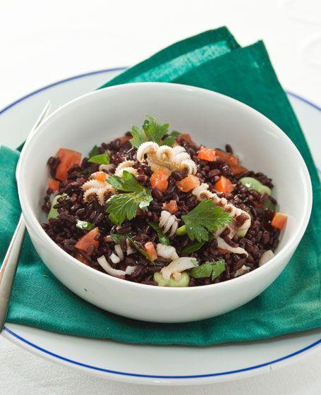 Insalata di riso venere con moscardini, fave e pomodori