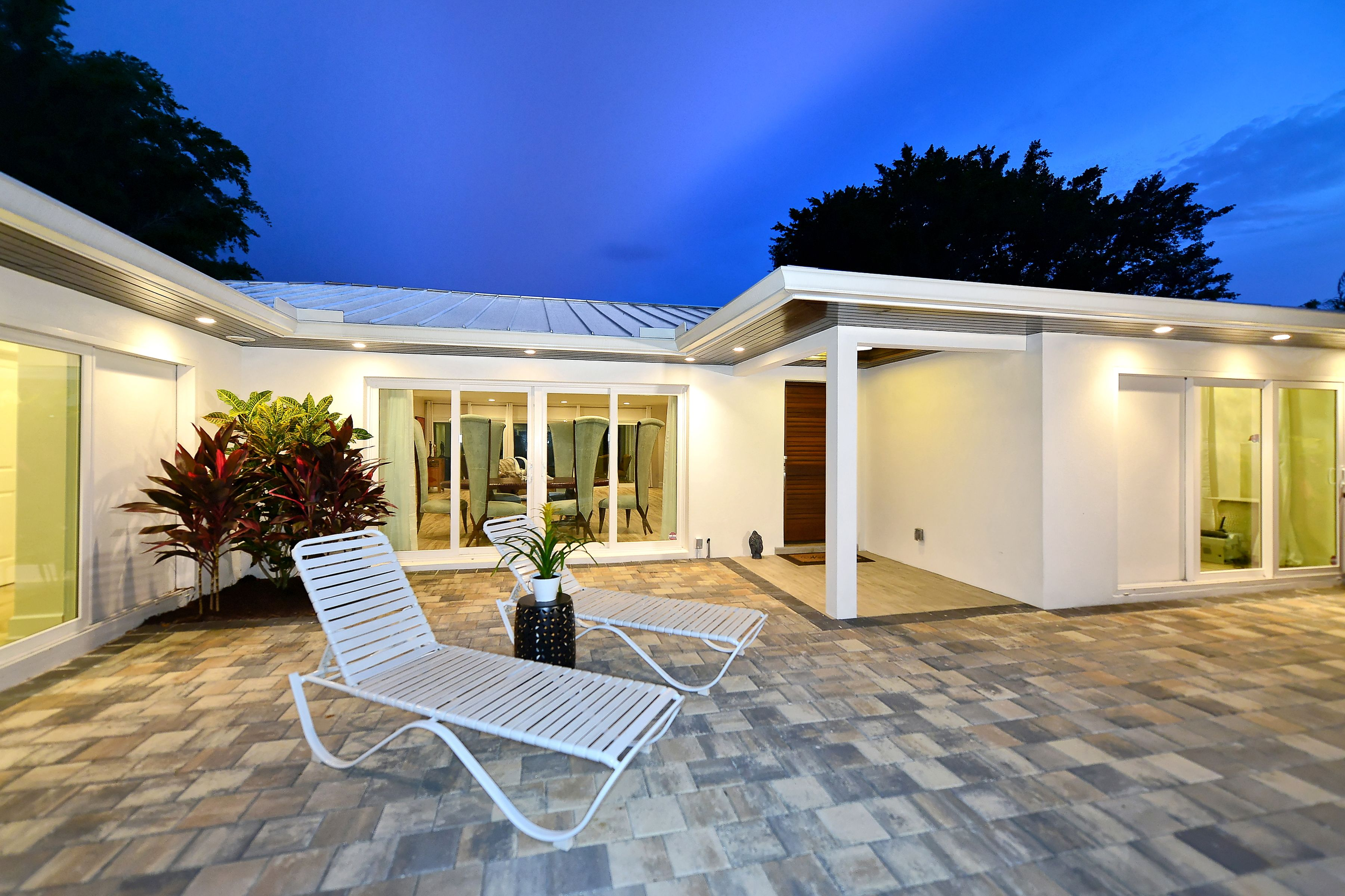 Front Courtyard Modern Home Approaching The Home You Enter Through The Front Yard Passing Through A G Front Courtyard Luxury Real Estate Sarasota
