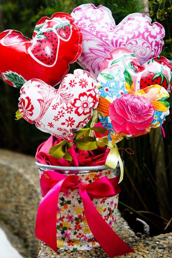 heart bouquet - oilcloth hearts. Was für eine tolle Idee für ...