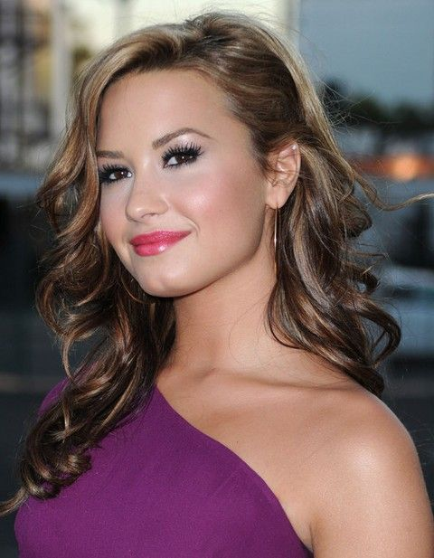 Demi Lovato Hairstyles Side Parted Long Curls