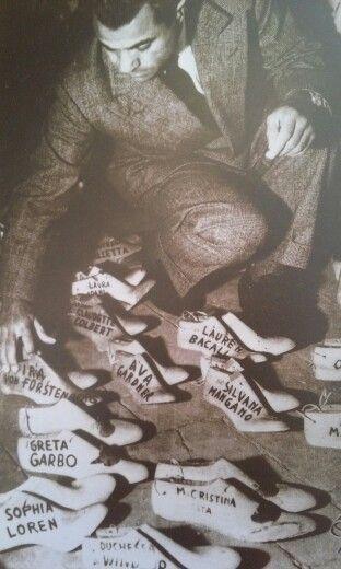 1950 Salvatore Ferragamo con le forme delle scarpe delle personalitá piú famose