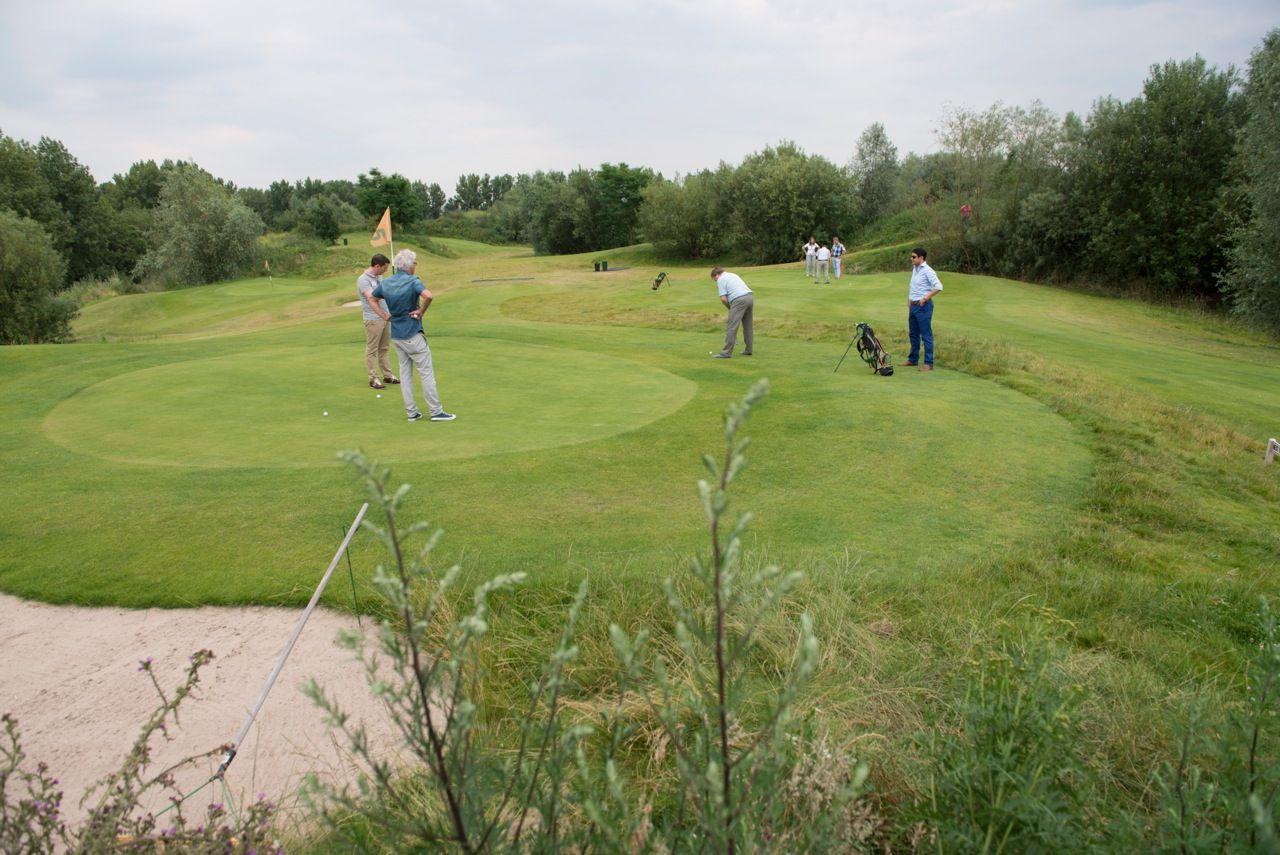 Enthousiaste spelers op de #pitchenputt golfbaan in #Doetinchem. Een ...