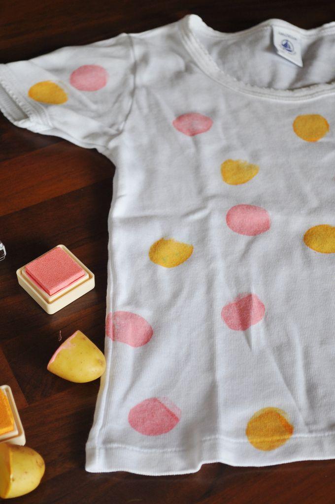 Versier een T-shirt met aardappelstempels en textielverf. Voor leuke figuren kan je bak/koekjesvormpjes gebruiken om de aardappel de gewenste vorm te geven.