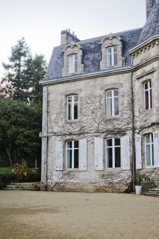 La façade de cette belle maison de maître est recouverte de végétation qui risquerait de labîmer rénovez la