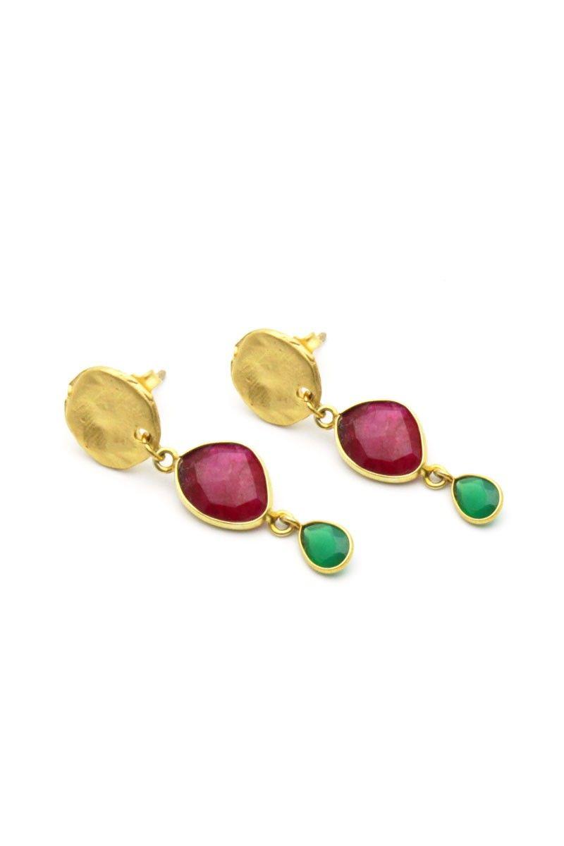 2dc4357ee51b Pendientes de plata bañados en oro con piedra natural rubí y lágrimas de  ónix en color verde.  invitadasboda  invitadas  lainvitadaperfecta   pendientes