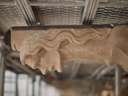 Lors du chantier de restauration des façades du château, certaines parties ont été restaurées ou entièrement sculptées et reposées selon leur état de dégradation.  (C) MAN