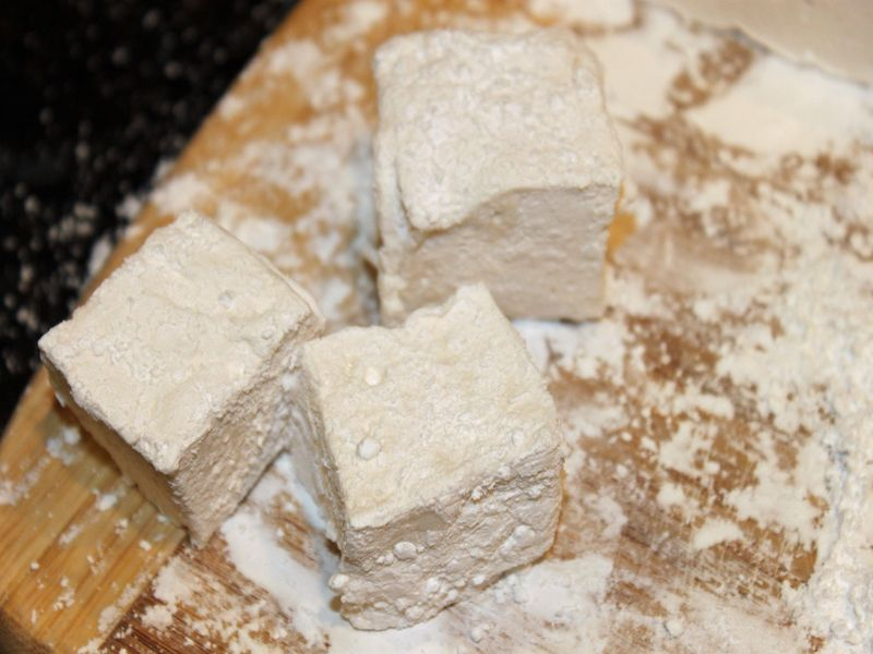 HOW TO: Make Homemade Vegan Marshmallows... #veganmarshmallows You can make your own vegan marshmallows ensuring that you know exactly what is inside each one - and not only are these marshmallows vegan, they are super fun to make and would be a great weekend baking project to do with your children. #veganmarshmallows