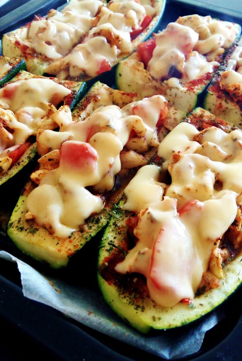 Prosty przepis na zdrowe lekkie, wegetariańskie danie z cukinii. Przekąska, kolacja, starter przed daniem głównym - wiele możliwości podania. ;-)