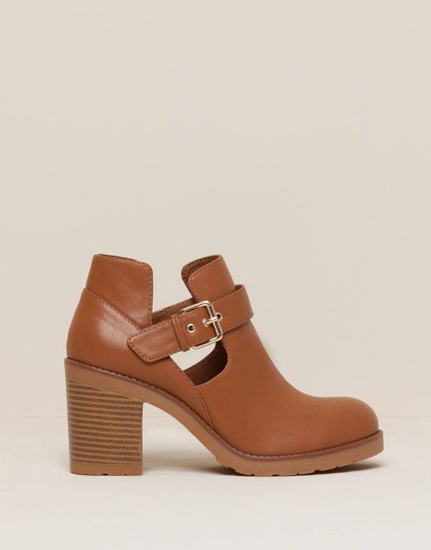 Pull&Bear - zapatos - rebajas calzado mujer - botín tacón calado - cuero…