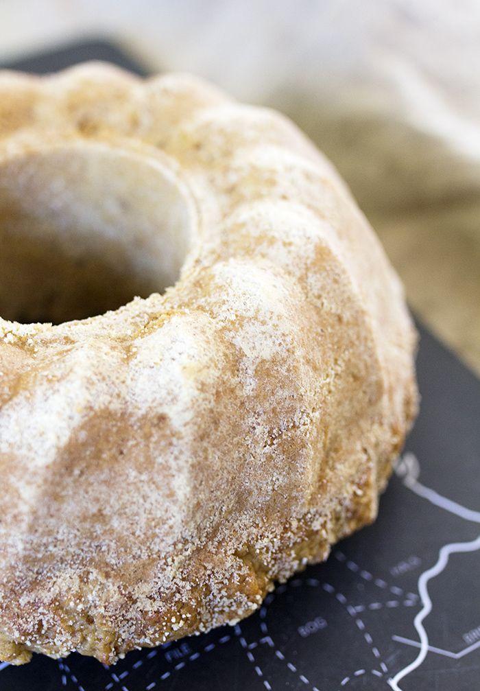 Raparperikakku on maukas, mehevä ja ihan naurettavan helppo tehdä. Se käy hyvin kahvipöytään kun odotetaan vieraaksi mummoja tai muita mummoilijoita.