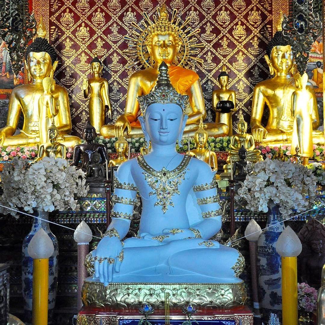 Quando tutto risplende e lo spirito è in pace. #rainbowRTW al Wat Phra Singha di #ChiangRai una vera meraviglia. #tatroma #amazingthailand