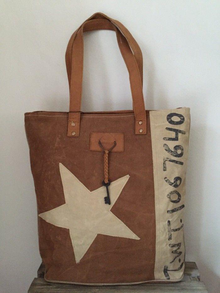 ee3c7905690 Carnvas tas met lederen hengsels van Colmore by Diga pinlake lodge sluit met  rits en De tas heeft aan de voorzijde een vintage tekst met grote ster en  ...
