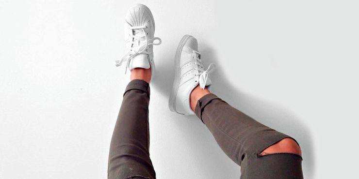 Outfits que necesitan unos tenis blancos para brillar