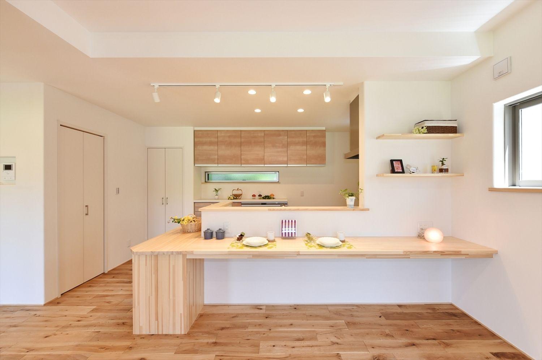 キッチンを囲むカウンターは使い勝手抜群の癒し和モダンの家 寺島製材