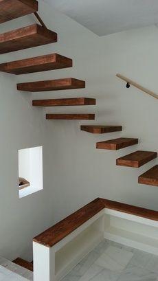 Escalera de estructura met lica empotrada en la pared for Escaleras de hierro y madera