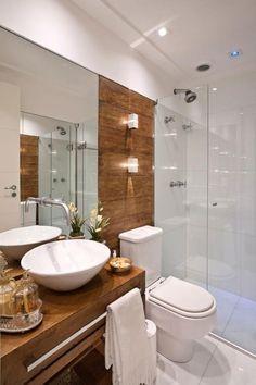 Banheiro com painel e bancada de madeira