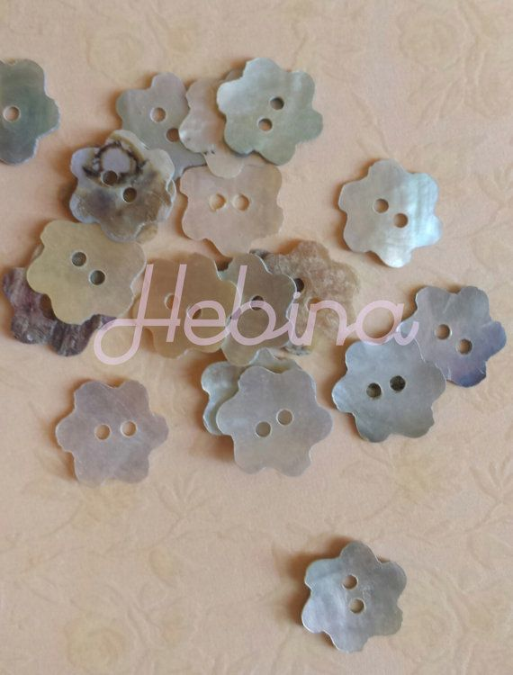 Bottoni in madreperla a forma di fiore a due fori. Per Scrapbooking, Smash book e Card making. Abbellimenti / Embellishment buttons
