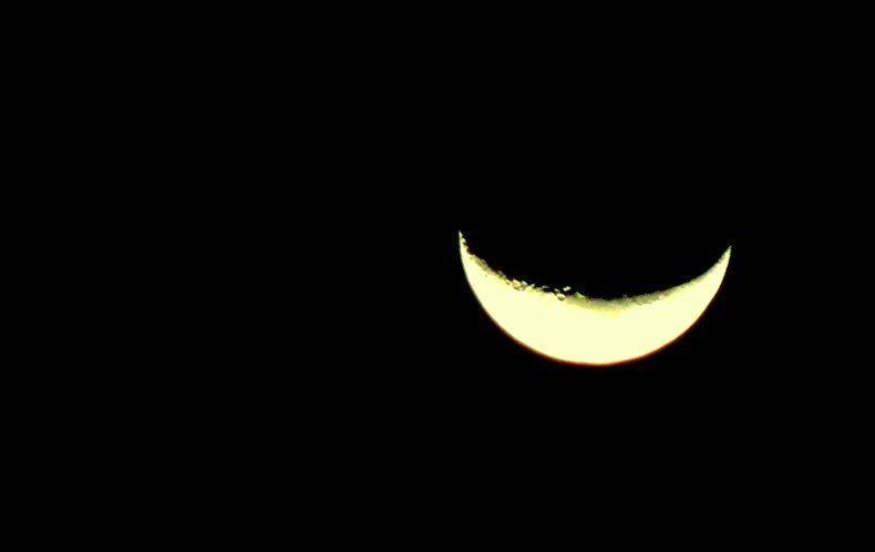 A lua que percebia quando ao som de uma canção, não escorria apenas emoção do instrumento, mas também as lágrimas cantavam. Não era a primeira voz, mas aqueles olhos solavam.