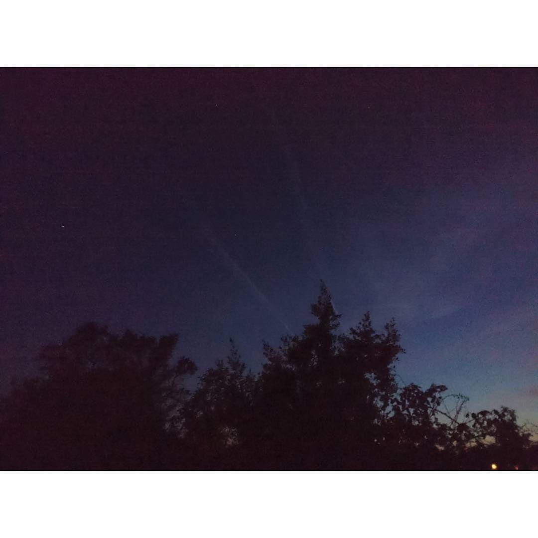 Sacando a pasear a Lula y a Shiva he inmortalizado esta preciosa foto anocheciendo... Sin filtros tal cual.  #noche #night #buena #instamoment #love #nigth #cielo #lights #out #beautiful #sky #instagood #dark #amazing #picoftheday #photo #stars  #buenasnoches #goodnight #boanoite #buonanotte #bn #bonnenuit #bonanit #adormir #dulcessueños #sweetdreams #goodnigth #hastamañana #sinfiltros