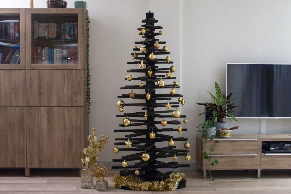 Deze houten kerstboom met zwarte beits heeft een super chique uitstraling.  De kerstboom wordt kant-en-klaar geleverd, je dient deze zelf te demonteren  en ...