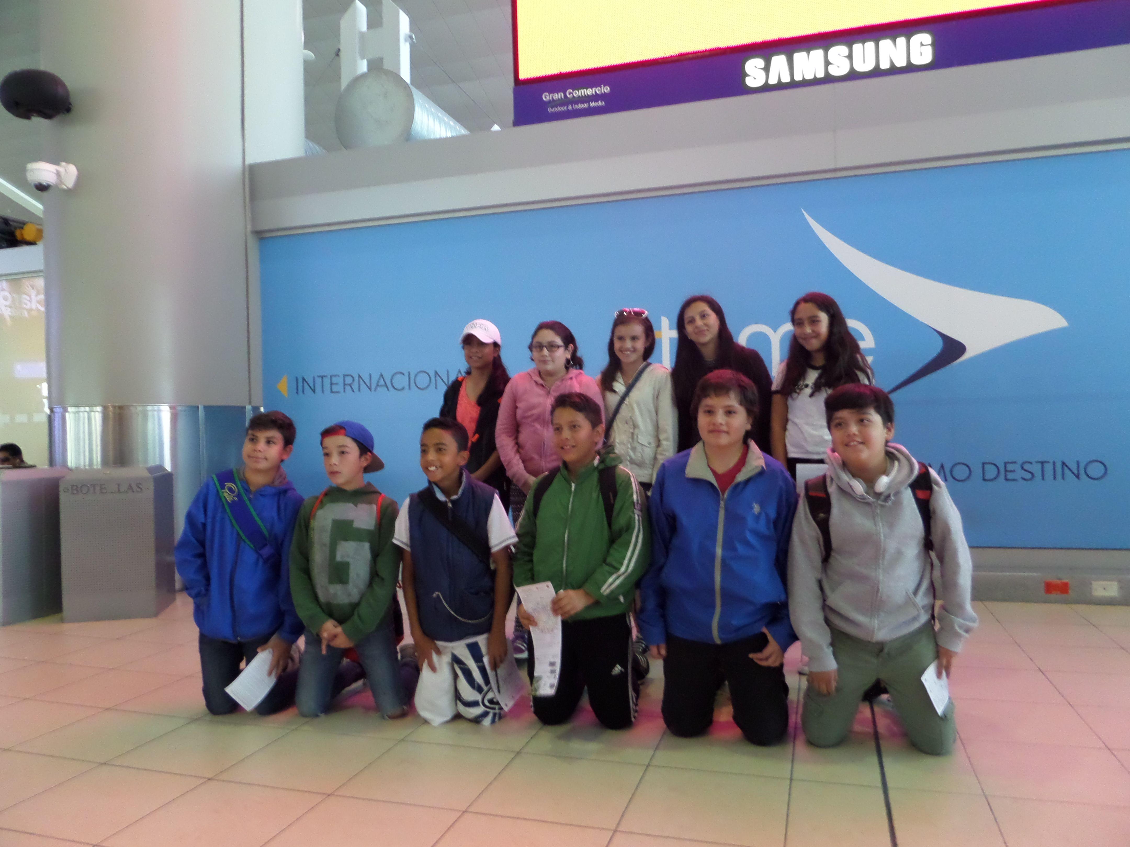 Los alumnos del Colegio Los Álamos listos en el aeropuerto para partir a sus vacaciones en las Islas #Galápagos