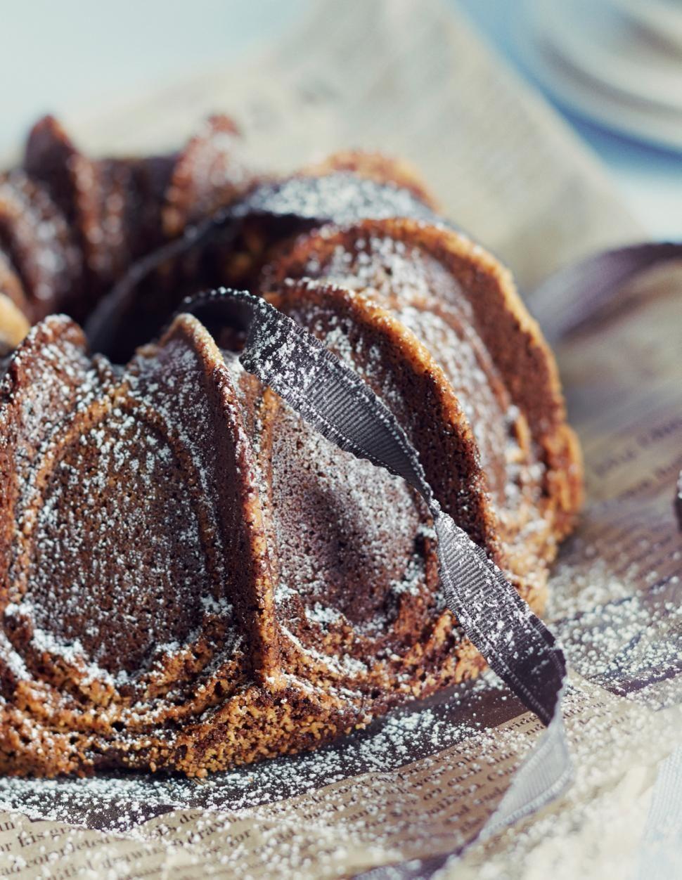 Gluteeniton taatelikakku // Gluten free Date Cake Food & Style Elina Jyväs Photo Riikka Kantinkoski Maku 7/2015, www.maku.fi