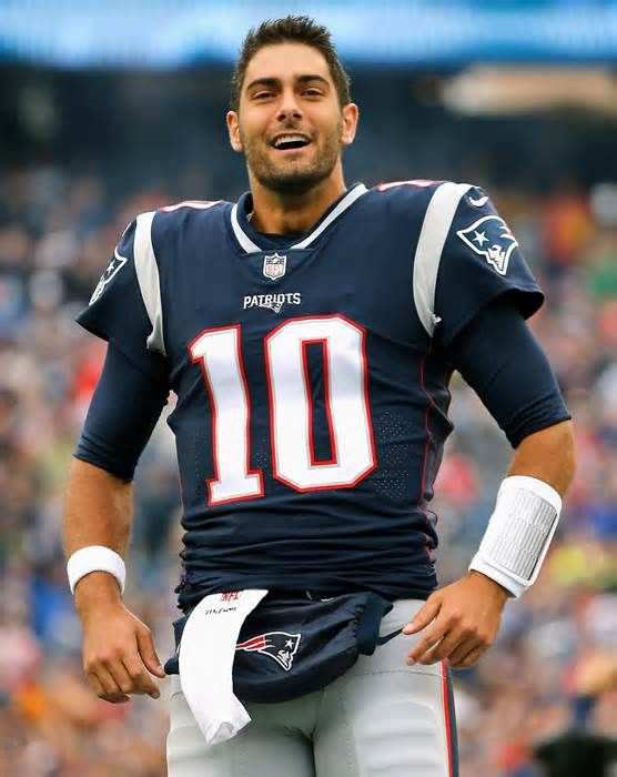 49ers Jimmy Garoppolo Immediately Takes Charge Jimmy Garoppolo Has Been A Career Backup But The 49ers New Quarte 49ers Quarterback Nfl Football Players Jimmy