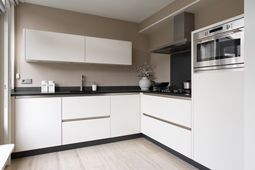 Achterwand Modern Keuken : Keuken hoogglans wit met taupe kleurige achterwand keukens