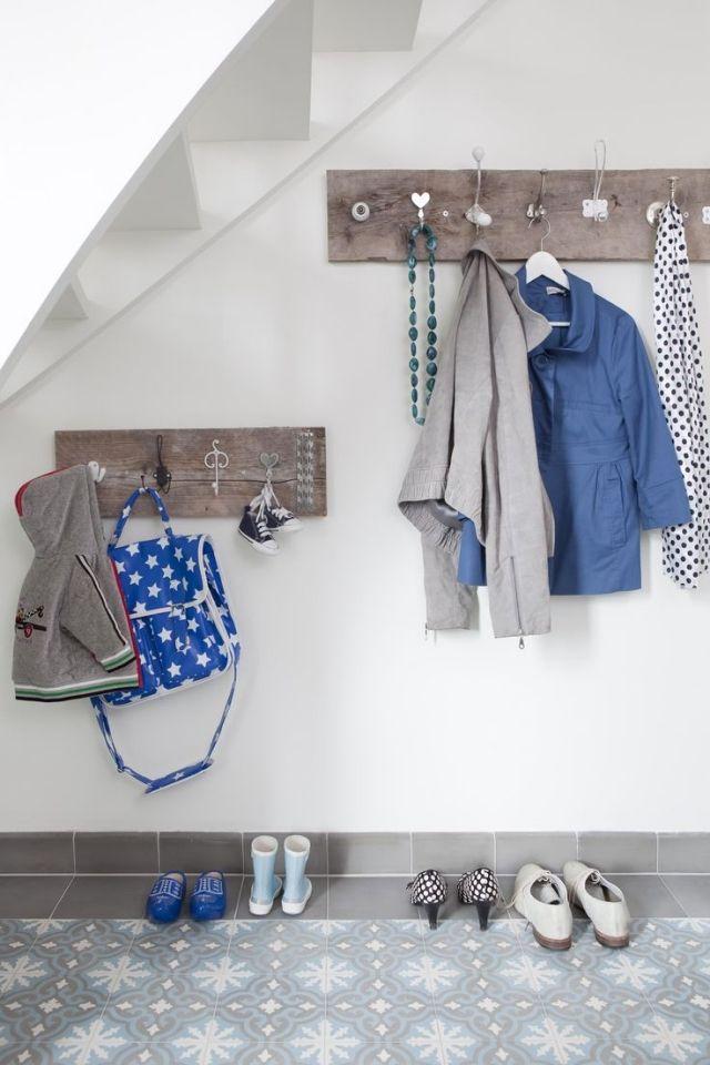 ideen-garderobe-flur-holzplatte-alte-tuerknoepfe DIY Möbel - diy garderobe