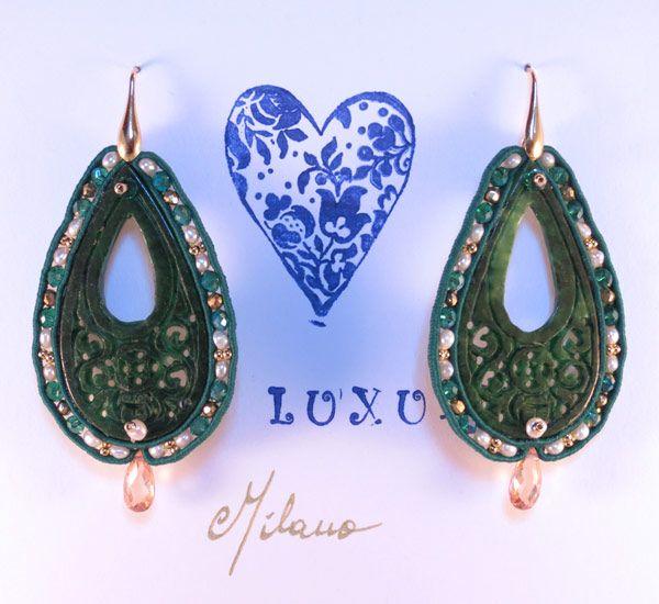 Orecchini in soutaches, giada intagliata, perle coltivate, pirite, cristalli smeraldo. Montati in argento italiano 925.