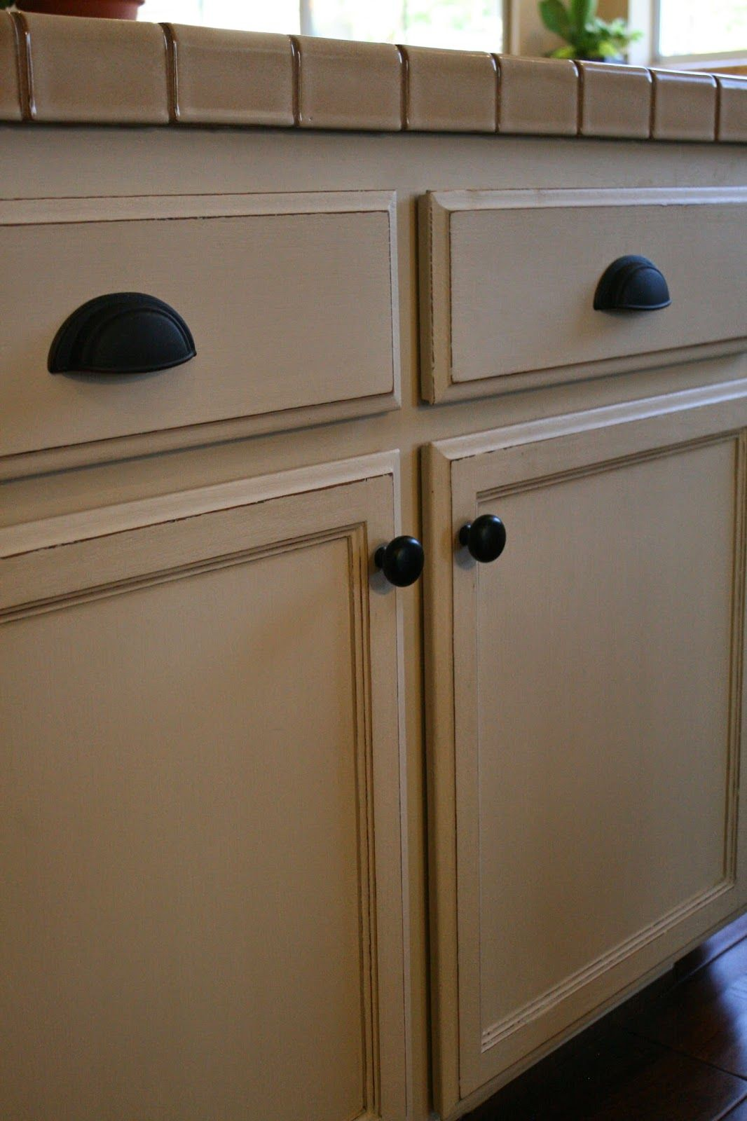 A Few Months Ago I Was Hired To Paint The Dated Oak Cabinets In This Spacious K Chalk Paint Kitchen Chalk Paint Kitchen Cabinets Annie Sloan Kitchen Cabinets