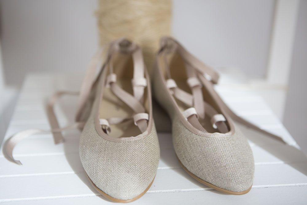 098c84954c6 Bailarinas para arras o comunión. Zapatos de lino con cintas. www ...